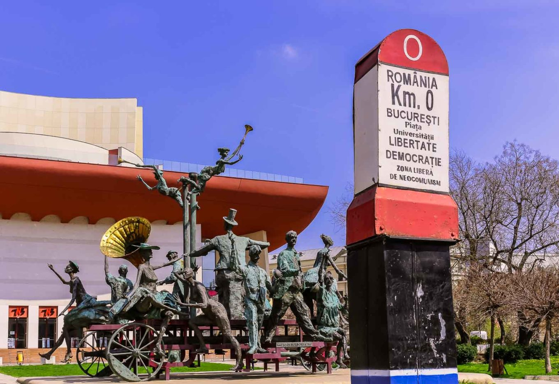 Viajando por Rumania. Teatro nacional de Bucarest y esculturas de músicos en su frente. Rumania