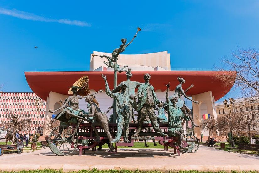 Teatro nacional de Bucarest y esculturas de músicos en su frente. Rumania