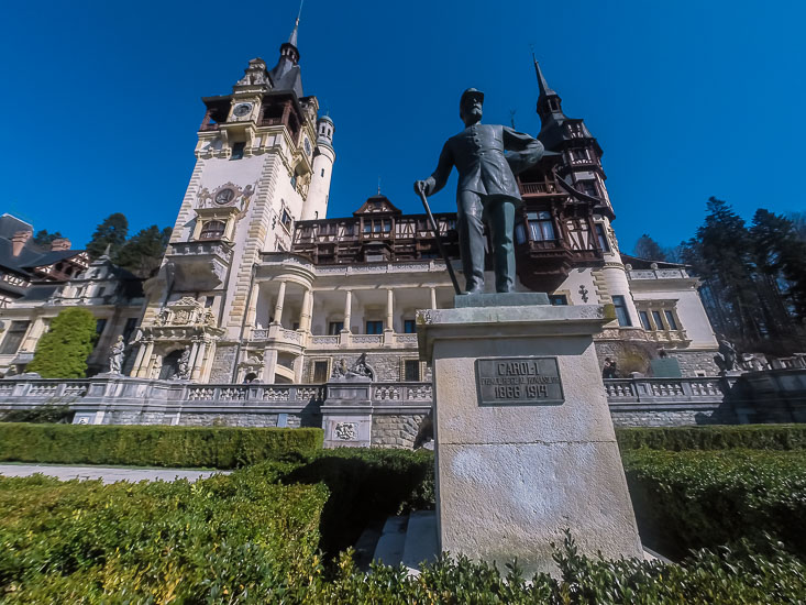 Estatua del Rey Carol I en el Castillo de Peles, Sinaia, Rumania