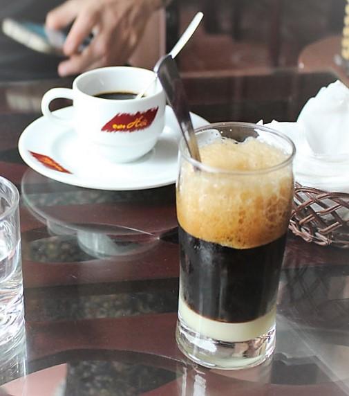 Cà phê den nóng (café caliente solo) y cà phê nâu nóng (café caliente con leche condensada), Hanoi, Vietnam