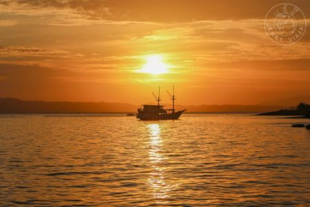 Viajando por Indonesia. Barco o bote navegando cerca de la Isla Padar en Indonesia