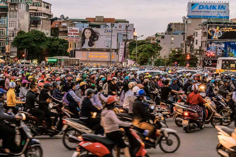 Marea de motos en las calles de hanoi.