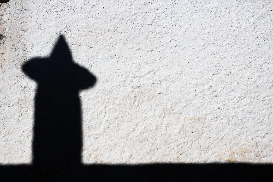 Sombra de una chimenea de La Alpujarra, España