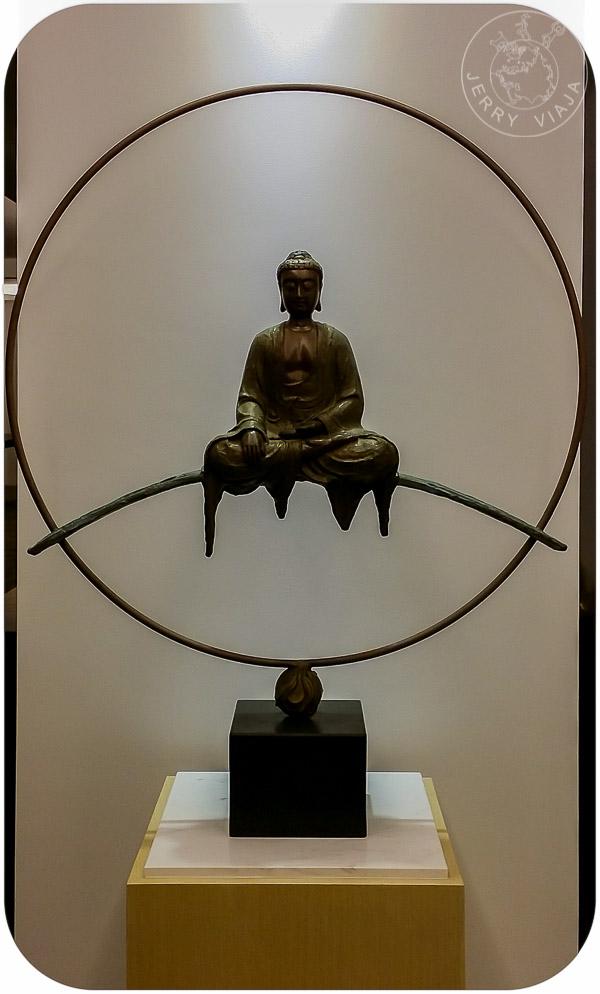 Estatua de buda dentro de un círculo