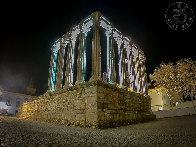 Templo iluminado de Diana, Évora, Portugal