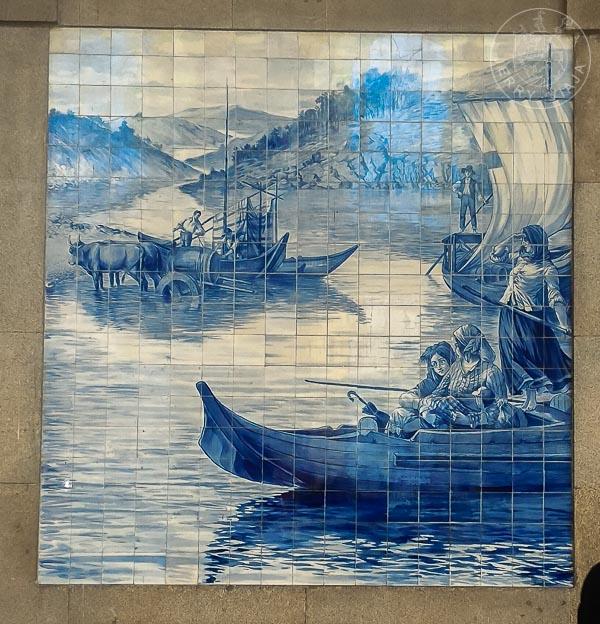 Azulejos en el interior de la estación de tren Sao Bento en Oporto, Portugal.