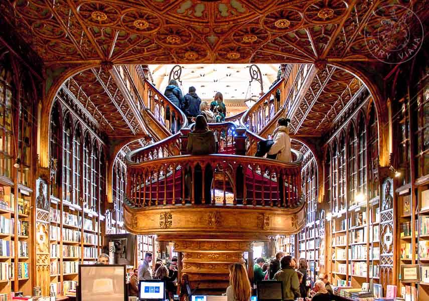 Escaleras de la Libreria Lello e Irmão en Oporto.