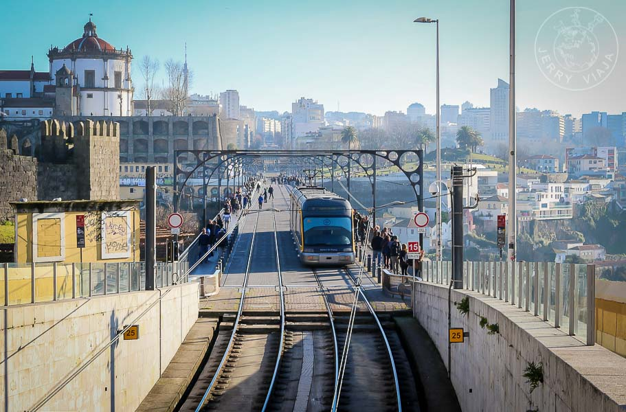 Tranvía de Oporto que cruza el puente Luis I