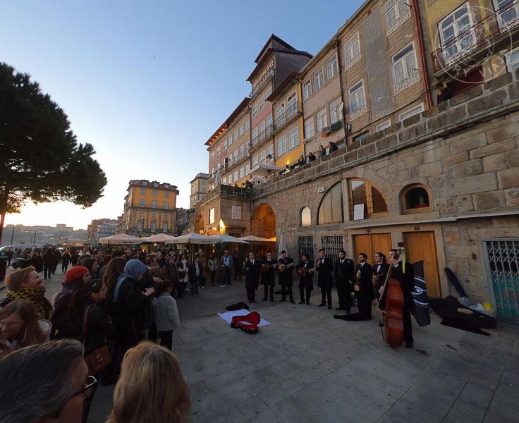 Musicos en la Ribeira, casco histórico de Oporto.