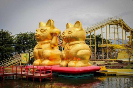 Gatos de Japón - Maneki Neko, Bobtail y espíritus Fuji-Q o Fujikyu, Kawaguchiko, Monte Fuji, Japon