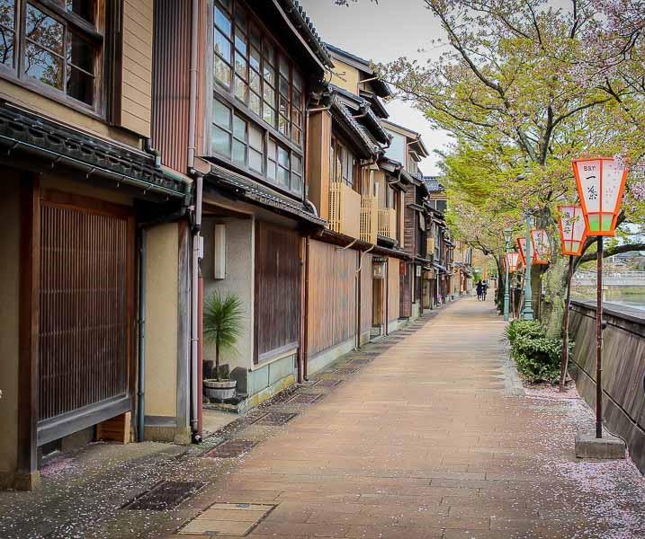 Distrito Kazuemachi a un lado del río Asano, Kanazawa, Japon