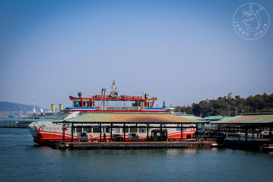 Ferry con destino Miyashima en el muelle de Myajima-guchi, Japon
