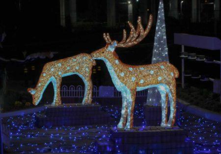 guia que ver en nara. Ciervos artificiales con sus luces encendidas en Nara, Japon