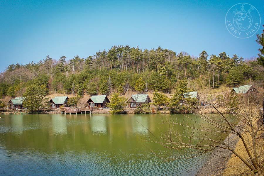 Lago y cabañas en Ueyama, Japon