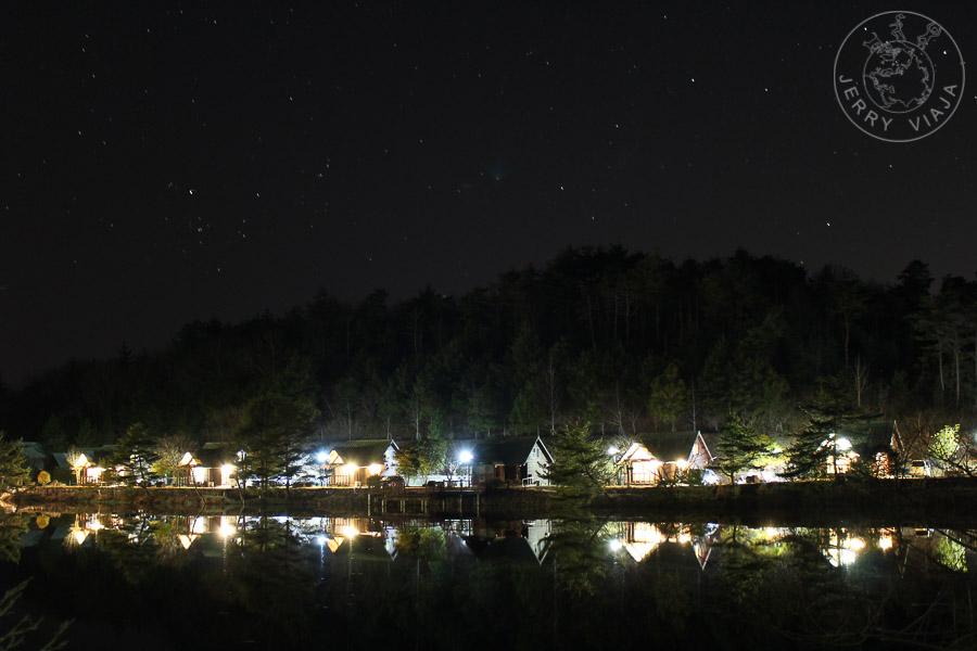 Descubriendo Ueyama y Mishima. Cabañas iluminadas a la noche en el Lago Ueyama, Japon