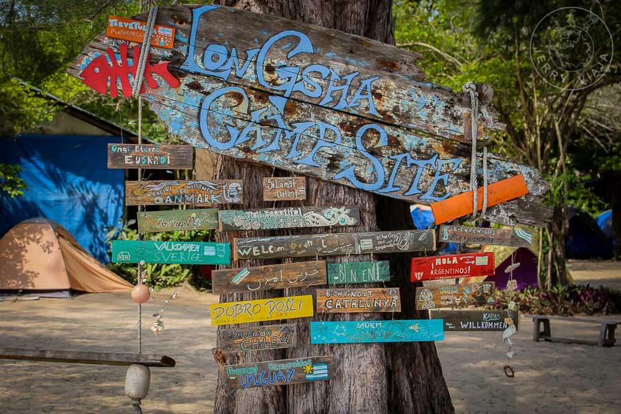 Cartel de bienvenida en el camping de Pualu Kapas.