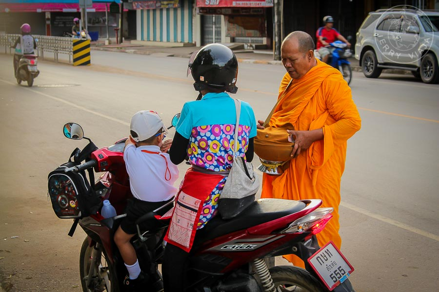 "Monjes ""mendigando"" comida en las calles. Antigua tradición."